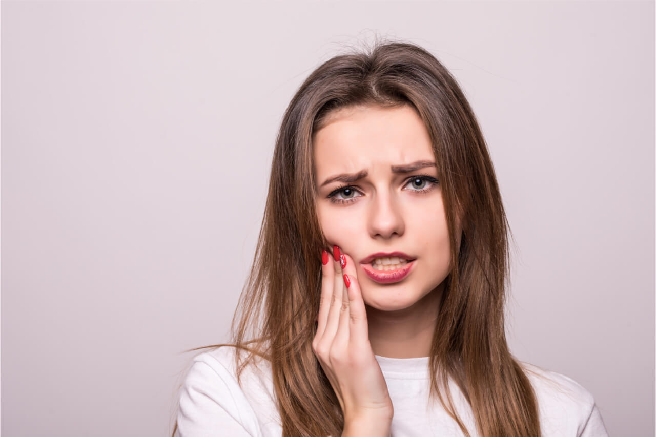 woman with pain in teeth